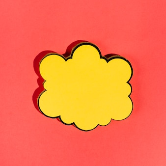 Bocadillo amarillo vacío sobre fondo rojo
