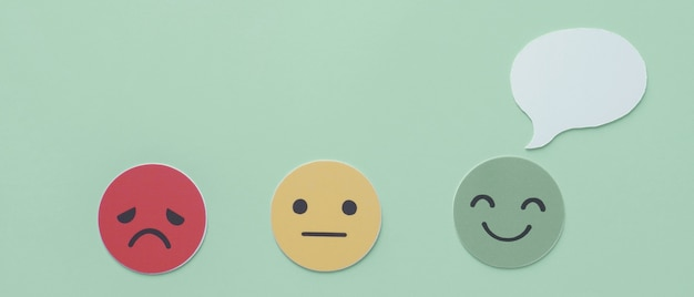 Bocadillo de diálogo en corte de papel de cara feliz, buena calificación de retroalimentación, salud mental