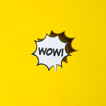 Bocadillo de diálogo de historieta cómica para emociones wow sobre fondo amarillo