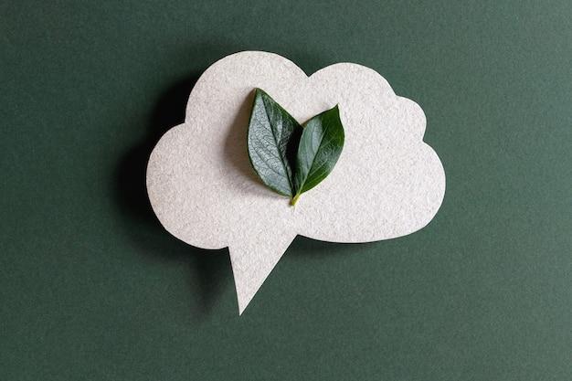Bocadillo de diálogo de papel reciclado con hojas verdes dentro
