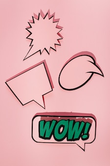 Bocadillo de diálogo vacío con la burbuja de expresión de sonido wow sobre fondo rosa