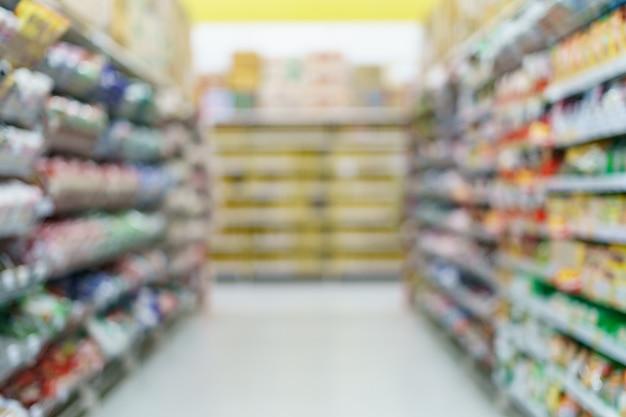 Bocadillo de supermercado borrosa en los estantes de la tienda de comestibles.