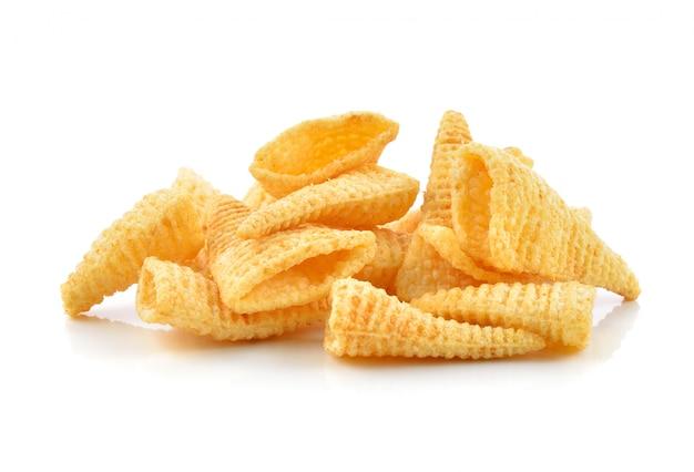 Bocadillos de maíz crujientes sobre un blanco
