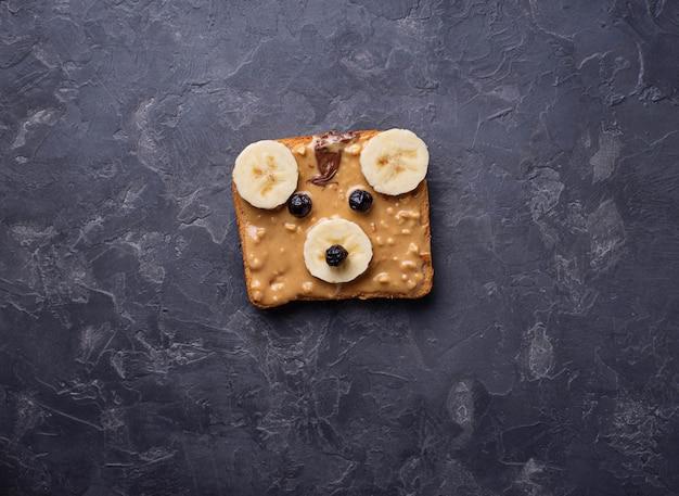 Bocadillos de oso con mantequilla de maní.