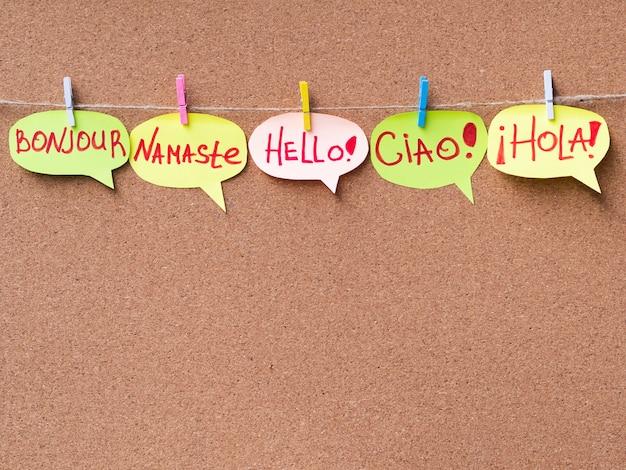 Bocadillos de papel con hola en diferentes idiomas