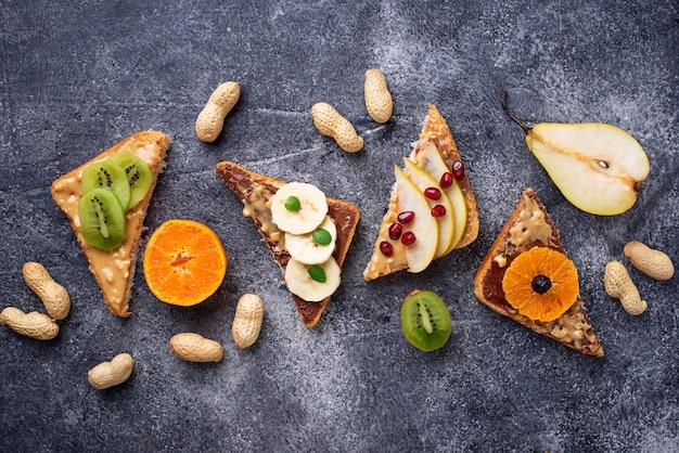 Bocadillos saludables con mantequilla de maní y frutas.