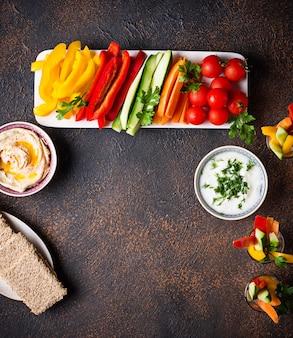 Bocadillos saludables. verduras y hummus
