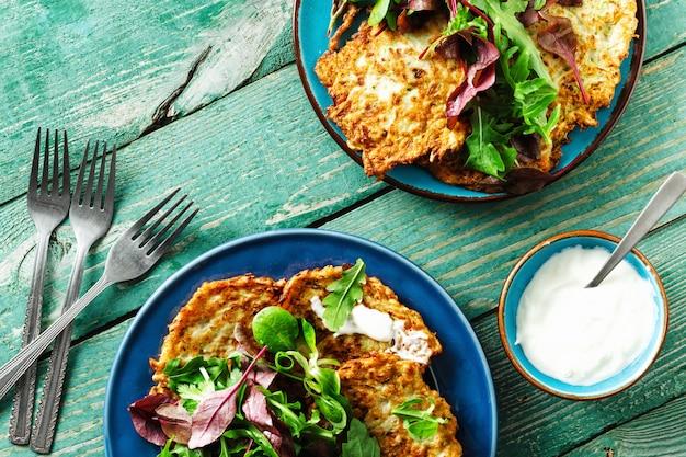 Bocadillos vegetarianos aperitivos calabacines buñuelos desayuno saludable mesa de madera vista superior