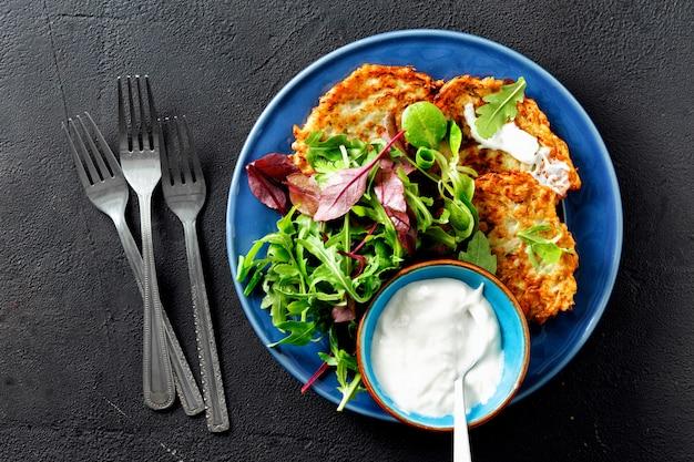 Bocadillos vegetarianos aperitivos calabacines buñuelos desayuno saludable vista superior