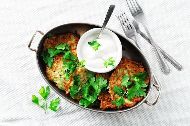 Bocadillos vegetarianos aperitivos calabacines buñuelos pan desayuno saludable vista superior blanca