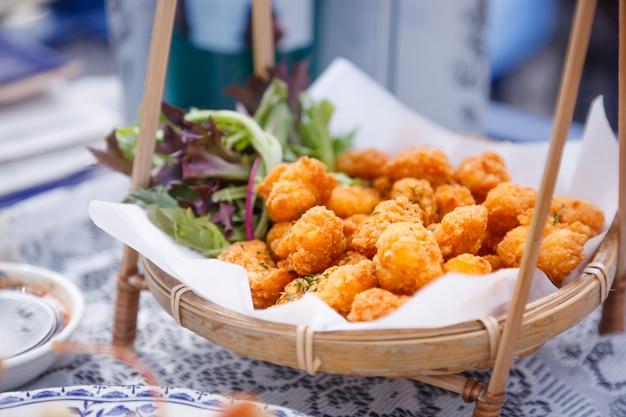 Bocaditos de bolas de macarrones con queso fritos