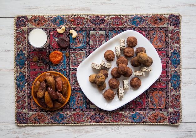 Bocaditos de energía orgánica saludable con nueces, cacao, dátiles y miel: merienda vegetariana cruda o comida vegana.