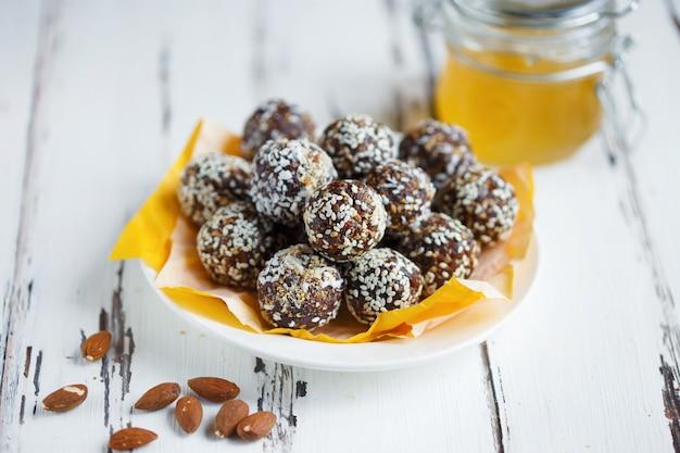 Bocaditos orgánicos de energía saludable con nueces, dátiles, miel y sésamo