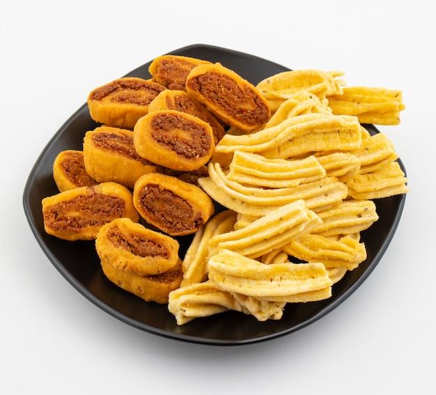Bocado picante tradicional indio ghatiya con bhakarwadi