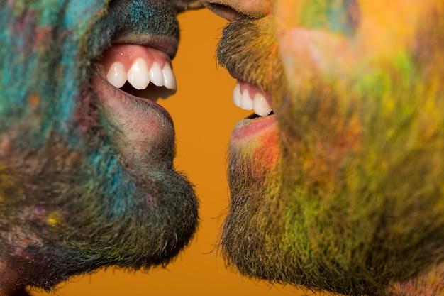 Bocas sonrientes de pareja homosexual.