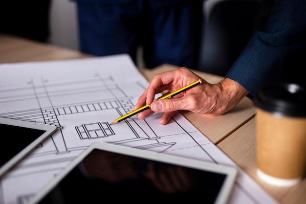 Bocetos de planos de alto ángulo en el trabajo