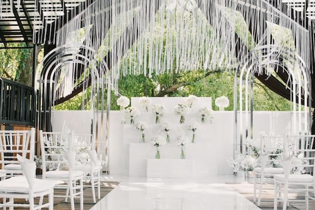 Boda blanca decorada con flores.
