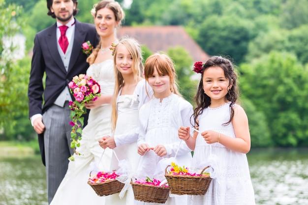 Boda damas de honor niños con cesta de flores.