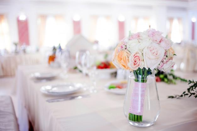 Boda floristería. hermoso ramo exuberante sobre la mesa en el restaurante