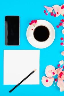 Boda para hacer la lista con flores sobre fondo rosa. maqueta floral con tarjeta de papel