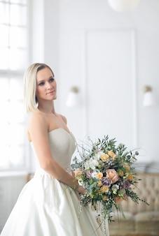 Boda. hermosa novia en un vestido de novia