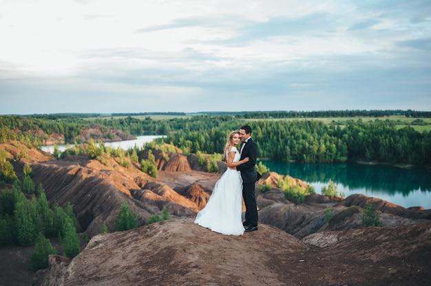 Boda de una hermosa pareja en el contexto de un cañón