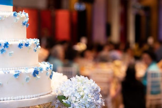 Boda muchas capas pastel puesto en ceremonia ronda