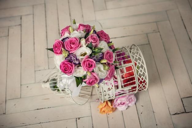 Boda nupcial ramo de rosas en el piso de madera blanca
