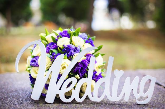 Boda de la palabra y ramo de novia acostado en el pavimento