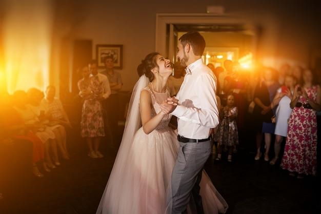 Boda pareja bailando