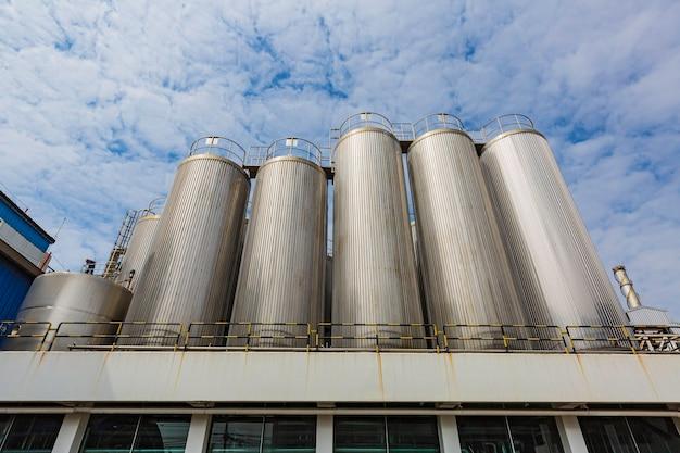 Bodega de leche moderna con tanques de acero inoxidable