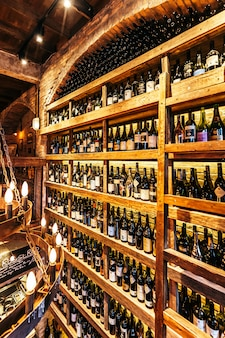 Bodega en la pared en restaurante italiano decorado con ladrillo en luz cálida que creó un ambiente acogedor.