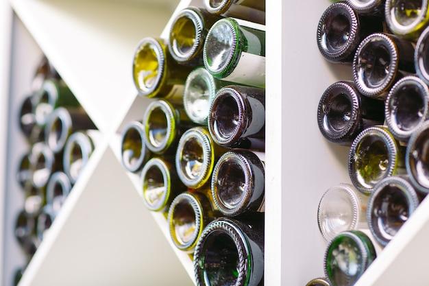 Bodega con viejas botellas de vino tinto.
