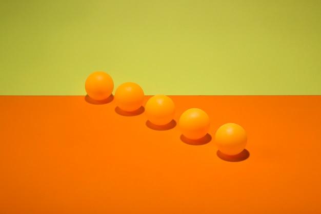 Bodegón abstracto con bolas naranjas sobre un fondo colorido