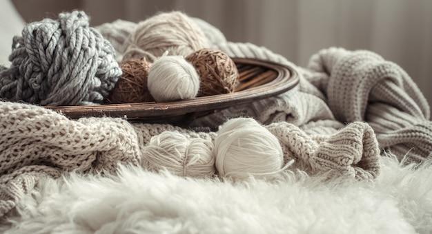 Bodegón con una acogedora variedad de hilos para tejer.
