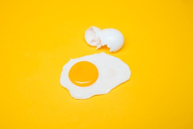 Bodegón amarillo de huevo