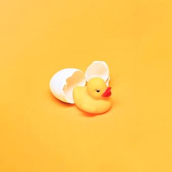 Bodegón amarillo de pato de goma y huevo