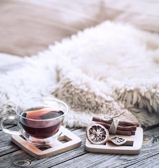 Bodegón ambiente acogedor con una taza de té