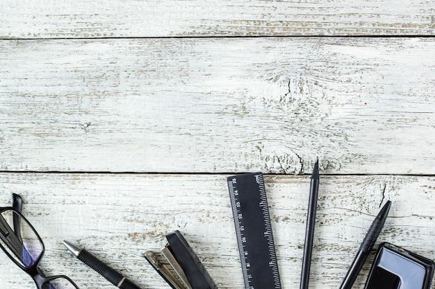 Bodegón blanco y negro: bolígrafo, lápiz, gafas, monedero.