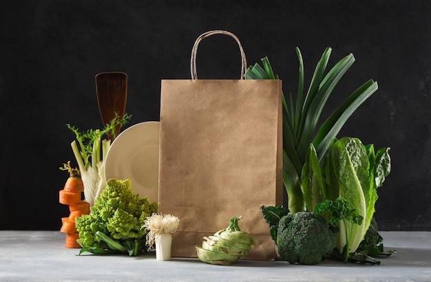 Bodegón bolsa de papel con diferentes alimentos saludables