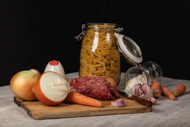 Bodegón de carne picada, preparación de macarrones boloñesa.