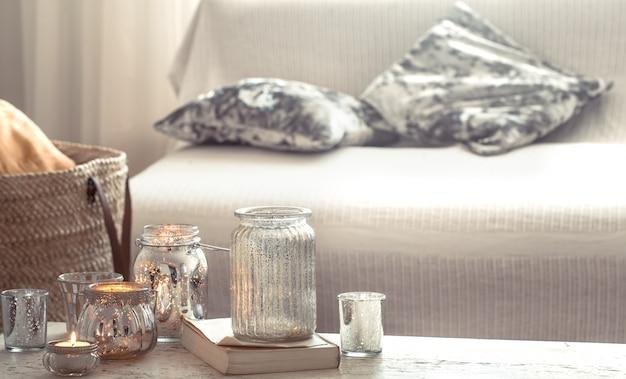 Bodegón en casa con velas y florero en la sala de estar