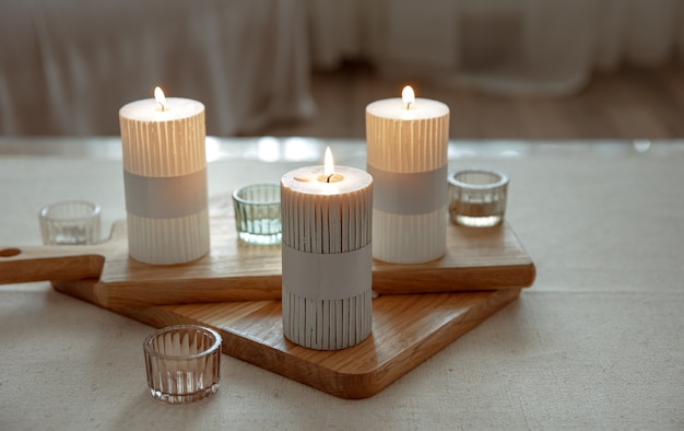 Bodegón casero con velas encendidas como detalles de decoración del hogar.