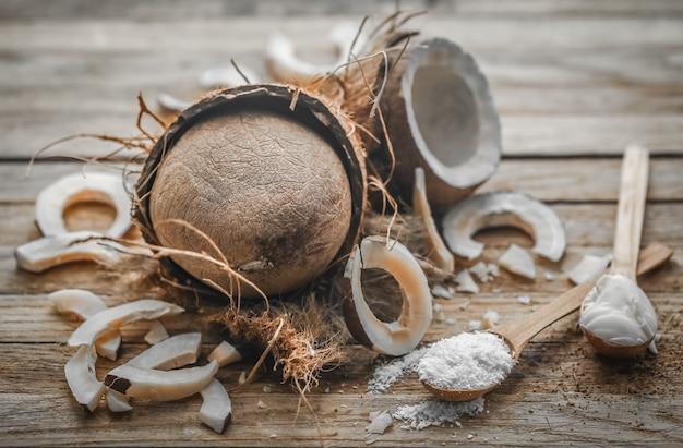 Bodegón con coco sobre un fondo de madera