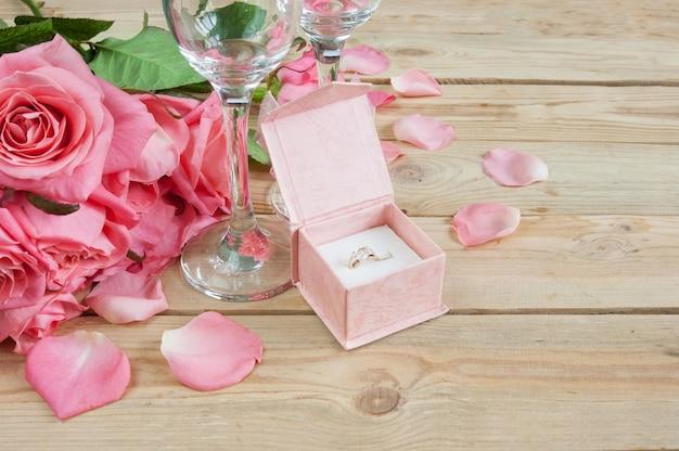 Bodegón colorido con rosas y anillo como tarjeta de felicitación del día de san valentín, primer plano