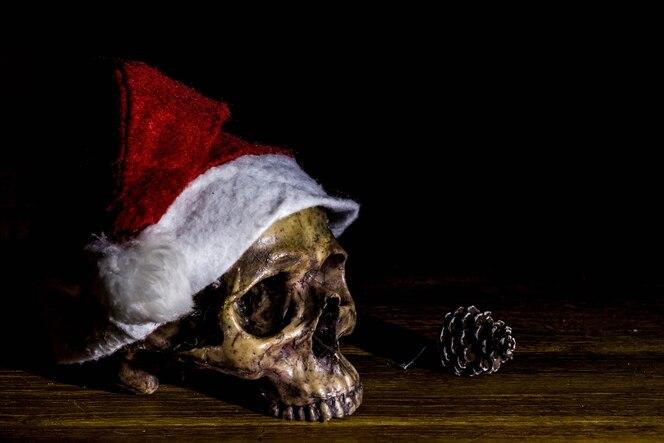 Bodegón con cráneo en el día de navidad, concepto oscuro