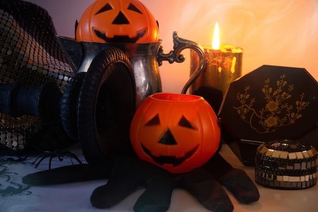 Bodegón decorativo de halloween con calabazas, calaveras, arañas y velas espacio de copia