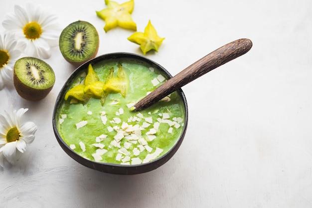 Bodegón de delicioso smoothie de kiwi
