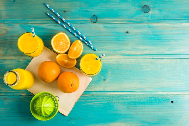 Bodegón de delicioso smoothie de naranja