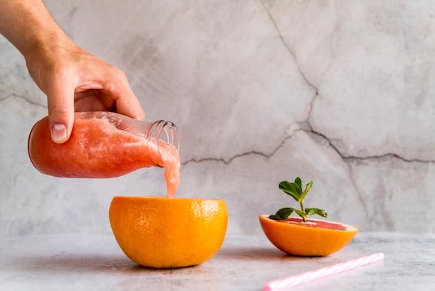 Bodegón de delicioso smoothie de verano